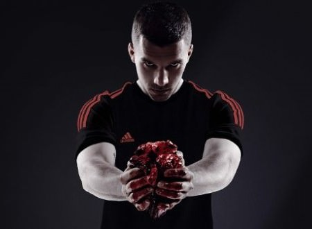 Lukas Podolski mit Herz foto adidas