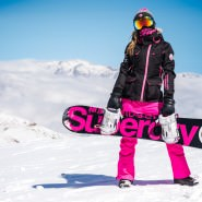 SuperdrySnow – Matthias Giraud und Raquel Iendrick testen die neue Superdry Ski Kollektion