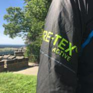 GORE-TEX Shakedry Test: Ultraleichte Dynafit Laufjacke zum Trockenschütteln